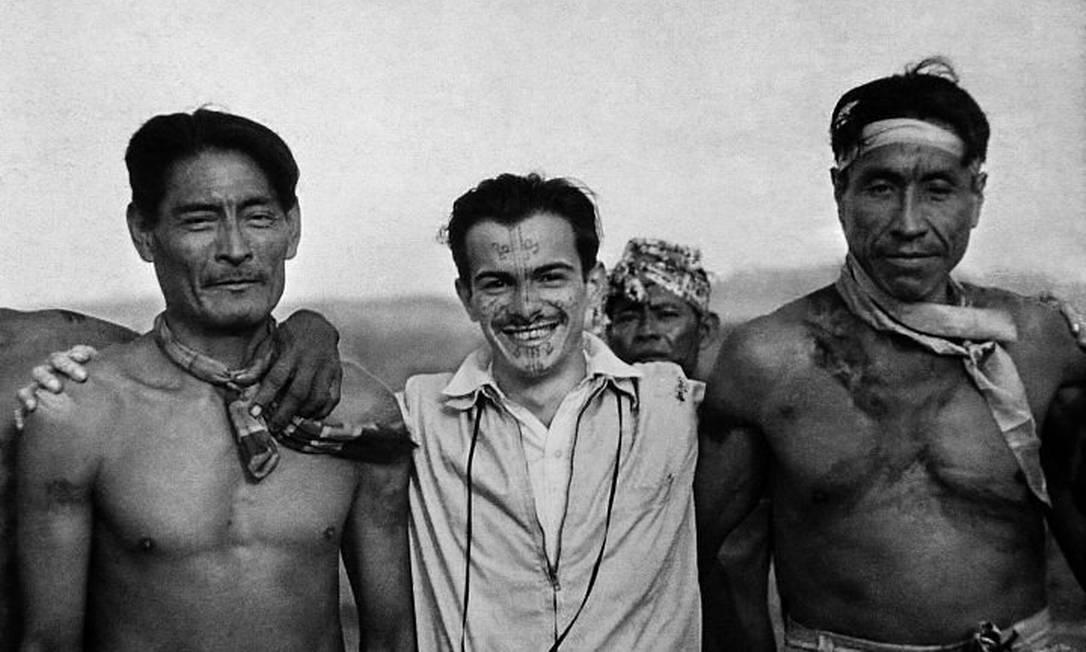 Darcy Ribeiro com índios Kadiwéu, Mato Grosso do Sul, 1947. Foto Berta Ribeiro